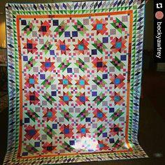Loving Becky's Lazy Sunday quilt from my book MORE Adventures with Leaders & Enders! My favorite thing on this quilt are the borders! Originally featured in Quiltmaker magazine. Signed copies available on my website at http://quiltville.com #quilt #quilting #patchwork #quiltville #bonniekhunter #quiltsbyyou #lazysundayquilt