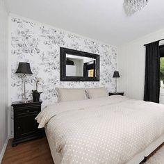Un dormitorio elegante y luminoso decorado en blanco y negro.