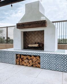 s a holiday weekend. If only we got so sit in front of a fireplace like this all weekend! The in stock Mahlia III pattern really adds charm to the fireplace. Via margoberly. Casa Patio, Backyard Patio, Screened Patio, Backyard Fireplace, Outdoor Fireplaces, Modern Outdoor Fireplace, Outdoor Fireplace Designs, Tiled Fireplace, Simple Fireplace