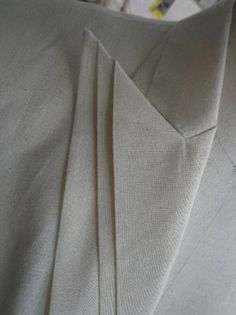 Triple Lapel - jacket design with origami collar detail - modern tailoring; pattern making; fabric manipulation Effective but subtle and modest (especially in a dark blue or black) Pattern Cutting, Pattern Making, Look Urban Chic, Textile Manipulation, Look 80s, Origami Fashion, Collar Designs, Sculptural Fashion, Tailored Jacket