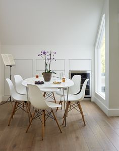 Table & Chairs in Roundhouse white Urbo & Shark matt lacquer bespoke kitchen
