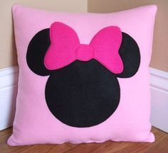 Minnie Mouse Pillow by on Etsy - Kinder - Cool Decorative Pillows Cute Pillows, Diy Pillows, Throw Pillows, Cushions, Felt Crafts, Diy And Crafts, Sewing Crafts, Sewing Projects, White Decorative Pillows