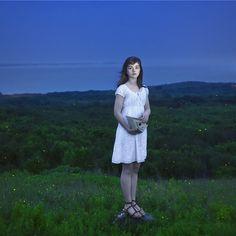"""por Cig Harvey - """"Devin & The Fireflies"""", 2010. El color llega directo a la imaginación para forjar el drama de la imagen. El color es profundo y se expande con intensidad en la ausencia de luz, en el matiz de la noche encuentra el escenario metafórico de lo que es y no es."""