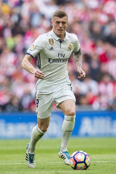 Toni Kroos of Real Madrid controls the ball during the La Liga match between Athletic Club Bilbao and Real Madrid at San Mames Stadium on March 18, 2017 in Bilbao, Spain.
