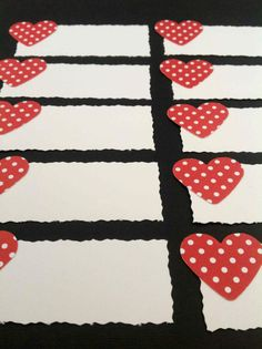 BORDKORT Hvide bordkort med hvidprikkede røde hjerter. Find bordkort til festen på www.jannielehmann.dk