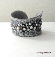 Bead pulseira cuff bordado com pérolas de água doce em cinza pavão cinza prata, lilás e creme branco - rendas de Inverno