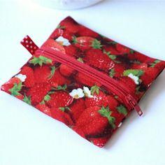 Porte-monnaie rouge avec fraises en tissu avec languette à pois blancs