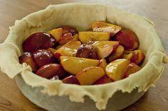 Пирог с персиками и карамелью