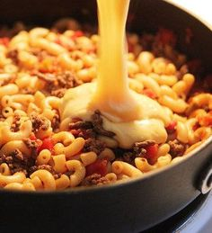 Cheeseburger Macaroni - This delicious, incredibly cheesy dish is another one of our favorite weeknight dinners. It's beefy, hearty and whips up in less than 20 minutes. Recipe For Cheeseburger Macaroni, Macaroni Recipes, Taco Macaroni, Pizza Cheeseburger, Pasta Dishes, Food Dishes, Main Dishes, Cheese Dishes, Homemade Cheeseburgers