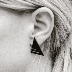 S I M P L E  Y E T  S T R I K I N G triangle earrings with a twist! Available at my Etsy shop - link in bio! #handmadejewelry #madeindenmark #bydakini #edgystyle #triangleearrings #punkrock #rockchick #80sstyle #contrast #etsy #etsyjewelry #etsyeurope #modernjewelry #plexiglass #plexiglas #blackjewelry #darkjewelry #geometric #geometricjewelry #minimalist #minimalistjewelry #streetstyle #cooljewelry #punkjewelry #rockjewelry #allblackeveythingplexiglass #plexiglas #øreringe #smykker