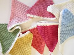 Simple crochet bunting - 12 free crochet patterns for blankets, dishcloths, baskets and Crochet Bunting Free Pattern, Crochet Triangle Pattern, Crochet Garland, Crochet Decoration, Crochet Blanket Patterns, Knitted Bunting, Crochet Home, Love Crochet, Crochet Crafts