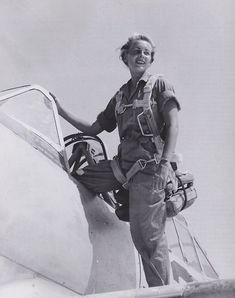 Fly Girls is dedicated to all the female pilots and ground crew who flew in WWII. Site contains history, news clips and lots of photos. Female Pilot, Female Soldier, Female Fighter, Fighter Pilot, Die Füchsin, Pilot Uniform, Military Women, Ww2 Women, Military Fashion