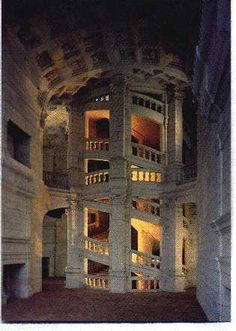 Château de Chambord : l'escalier à doubles révolutions dessert les trois étages du château , il est dessiné par Léonard de Vinci