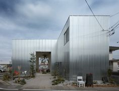 Image 1 of 11 from gallery of Airy house / Ikimono Architects. Courtesy of Takashi Fujino / Ikimono Architects Architecture Résidentielle, Beautiful Architecture, Contemporary Architecture, Gunma, Metal Cladding, Retreat House, Cheap Houses, Metal Homes, Facade Design