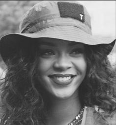 Image discovered by 𝕒𝕝𝕪. Find images and videos about black and white, smile and rihanna on We Heart It - the app to get lost in what you love. Mode Rihanna, Rihanna Love, Rihanna Riri, Rihanna Style, Beyonce, Rihanna Outfits, Black Is Beautiful, Beautiful People, Beautiful Women