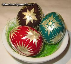 Dekoration von Ostereiern mit Strohhalmen Eastern Eggs, Faberge Eggs, Easter Crafts, Easter Ideas, Egg Art, Egg Decorating, Spring Crafts, Christmas Bulbs, Carving