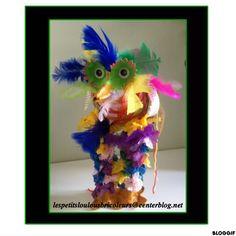 OISEAU FOU (2) Ballon de baudruche, deux rouleaux essuie tout, boîte à oeufs, papier de soie, papier journal, laine, plumes, peintures, gommettes yeux....