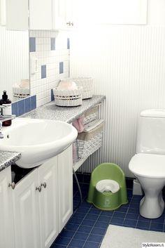 vaalea,valoisa,wc-tilat,valkoinen,vessa,pesutilat,sininen lattia