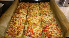 Pizza toast, a very tasty recipe from the children's category. Pizza Snacks, Snacks Für Party, Bacon Recipes, Pizza Recipes, Chicken Recipes, Greenbean Casserole Recipe, Casserole Recipes, Classic Green Bean Casserole, Toast Pizza
