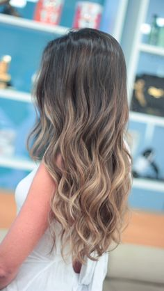 In the world of hair, there are many hairstyles that can be worn by a wide variety of hair types. Those who have long, curly hair can really try out some interesting styles with their beautiful loc… Cabelo Ombre Hair, Balayage Hair Blonde, Long Curly Hair, Curly Hair Styles, Natural Hair Styles, Hombre Hair, Ombre Hair Color, Stylish Hair, How To Make Hair