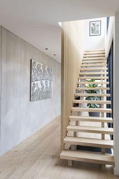 Popular Modern Staircase Design Ideas For Modern Homes 08 Wooden Staircase Design, Timber Staircase, Wooden Staircases, Wooden Stairs, Modern Staircase, Stair Railing, Staircase Ideas, Staircase Remodel, Staircase Makeover