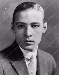 very handsome portrait photo Rudolph Valentino Rudolph Valentino, Silent Film Stars, Movie Stars, Valentino Men, Celebrity Portraits, First Photograph, Vintage Hollywood, Portrait Photo, Great Pictures