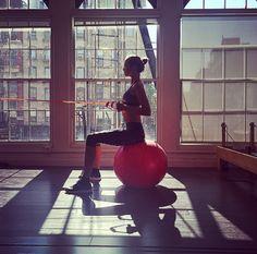 La séance de streching de Karlie Kloss http://www.vogue.fr/mode/mannequins/diaporama/la-semaine-des-tops-sur-instagram-mai-2015/20422/carrousel#la-sance-de-streching-de-karlie-kloss