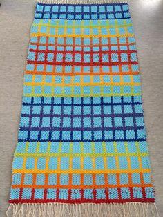 Matto 127x68cm. Sininen trikookude ja muut rämäkuteet. tietokonekangaspuilla tehty näyttötyö. Toinen puoli Blanket, Crochet, Ganchillo, Blankets, Cover, Crocheting, Comforters, Knits, Chrochet