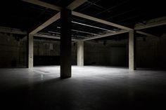 """Les Tanks dans les soubassements accueillent une programmation de performances et de vidéos. © Tate Photography   L'ART AU MILIEU DES CUVES DE FIOUL   Autre choix audacieux du duo, ériger la nouvelle aile sur les cuves de fioul existantes. Celles-là même qui servaient à alimenter les turbines du hall monumental de la Tate. Ces """"Tanks"""" – espaces de 30 mètresinstallés dans les soubassements – rappellent l'origine industrielle du bâtiment. Leur architecture de béton accueille déjà une…"""