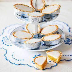 - Mazariner med mandelfyllning och glasyr - small Mazarin-tarts with almond-filling Swedish Dishes, Swedish Recipes, Bagan, England Cake, No Bake Desserts, Dessert Recipes, Swedish Cookies, Grandma Cookies, Pause Café