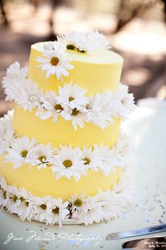 Pretty and simple yellow daisy wedding cake