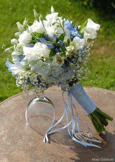 Výsledek obrázku pro svatební kytice bílá a modrá