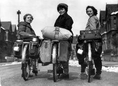 Vakantie, trekkers per fiets, Londen (Engeland). Drie vrouwen met fietsen, volge…