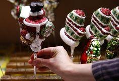 Um trabalhador detém uma decoração forma de Papai Noel na fabricação Silverado de enfeites de Natal soprado na cidade de Jozefow fora Varsóvia 2 de dezembro de 2014. REUTERS / Kacper Pempel
