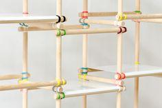 realiza una estantería con palitos y elasticos de colores, una buena idea para un rincon de tu casa