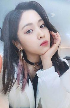 ITZY (있지) is JYP's new girl group. The members consist of Yeji, Lia, Ryujin, Chaeryeong and Yuna. Kpop Girl Groups, Korean Girl Groups, Kpop Girls, Close Up, Korean Princess, New Girl, Girl Crushes, Cool Girl, Asian Girl
