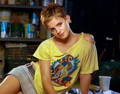 Emma Watson's cute Pixie cut. E a bruxinha cresceu. Pixie cut, corte pixie nos cabelos. Bem moderna e sexy. Emma está linda.