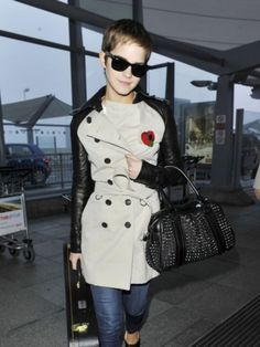 EMMA WATSON was the first person to step out in a trench coat from the new Burberry Bespoke collection yesterday as she arrived at Heathrow yesterday. Fashion Clothes Online, Fashion Outfits, Womens Fashion, Asos Fashion, Celebrity Dresses, Celebrity Style, Style Emma Watson, Looks Rock, Burberry Jacket