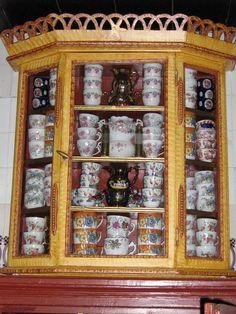 De tante van Tjorven: Het interieur van een Staphorster boerderij Old Farm, Liquor Cabinet, Display, Mugs, Storage, Holiday Decor, Folklore, Farms, Holland