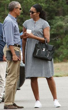 US President Barack Obama and First Lady Michelle Obama chat while waiting for their daughters Malia and Sasha to board Marine One at Martha& Vineyard airport in Edgartown, Massachusetts, on August 2016 as they depart for Washington after a two-week Michelle Obama Fashion, Michelle And Barack Obama, Barack Obama Family, Barrack Obama, First Black President, Black Presidents, Joe Biden, Airport Style, Black Love