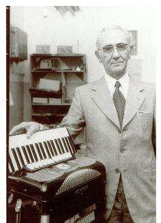 1956 übernimmt Giovanni Gola die Akkordeonabteilung von Hohner Trossingen und setzt neue Maßstäbe im Premiumsegment. Stichworte: #Accordion #World #History #Hohner #Photography #Vintage #Player