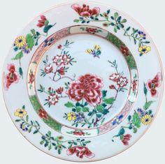 Assiette peinte dans les émaux de la famille rose à décor de pivoines et papillon en porcelaine de Chine d'époque Yongzheng Peinte dans les émaux de la famille rose, à décor de pivoines et d'un papillon.