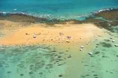 AREIA VERMELHA (PB): Outro cenário surreal do litoral norte paraibano é Areia Vermelha, ilha com 1,5 quilômetro de extensão que se forma na maré baixa e dá lugar a piscinas naturais rodeadas por areias de tons avermelhados, no município de Cabedelo, região metropolitana de João Pessoa (foto: Cacio Murilo/PBTur)
