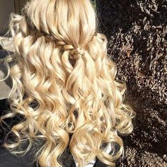 Curly Waterfall Braid Half Updo for Bridesmaids - Hairstyles Box Braids Hairstyles, 1940s Hairstyles, Down Hairstyles, Fall Hairstyles, Blonde Hairstyles, Victorian Hairstyles, Wedding Hairstyles, Bridesmaid Hair Half Up Medium, Bridesmaid Hair Bun