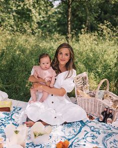 Gal Meets Glam A Summer Picnic In Hyde Park, featuring Julia wearing the GMG Collection India set while enjoying a picnic with friends. Mom And Baby, Mommy And Me, Baby Love, Kristin Johns, Jess Conte, Lily Valentine, Picnic Photography, Sabrina Carpenter, Weekend In London
