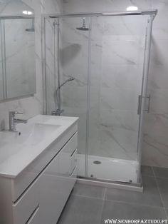 Remodelação da casa de banho do apartamento de Mem Martins.     (adsbygoogle = window.adsbygoogle || []).push({}); Nesta casa de banho procedeu-se á remoção das loiças sanitárias existentes, banheira existente, fornecimento e instalação de nova canalização de água em tubo multicamadas, canalização de esgotos, colocação de revestimento cerâmico nas paredes e no chão, e instalação de base de duche, cabine, móvel de lavatório e restantes loiças.Para além da remodelação da casa de banho, foi…