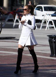 jennifer-lopez-Over-The-knee-boots-joelho-botas-famosas-celebridades-roupas-vestir-moda-inverno-coleção-estação-trend-tendencia-fashion-mundo_800x1100