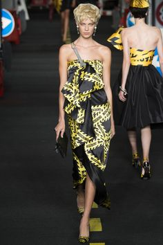 See the complete Moschino Spring 2016 Ready-to-Wear collection.