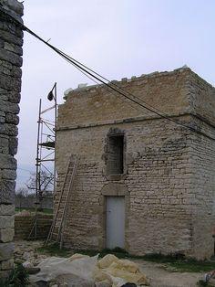 """32- Pigeonnier du château de Villeneuve la Comtesse. - § VILLENEUVE LA CTESSE: Raoul de Lusignan avait fait défricher tout l'O. de l'actuelle forêt de Chizé afin d'y implanter des villes nouvelles comme Villeneuve, et créa des franchises afin d'attirer des colons en cet endroit stratégique: carrefour entre l'Aunis, la Saintonge et le Poitou. D'après F. Dubreuil, dans"""" Villeneuve, une terre des Lusignan"""", Raoul de Lusignan y aurait envisagé le commerce des bestiaux."""