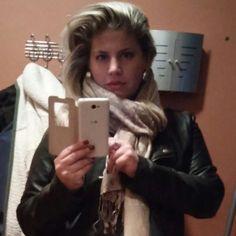 Tyhle selfíčka nesnáším! Když kamaradka řekne vyfoť, jak ses dnes vyhákla a ukaž novou rtěnku.8 Pak ze sebe uděláte blba před zrcadlem a máte v hlavní roli na fotce župan a mopí tyč :D #selfie#Monika#pazitka#rtenka